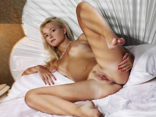Erotik gövdesi ile zarif bir kız.